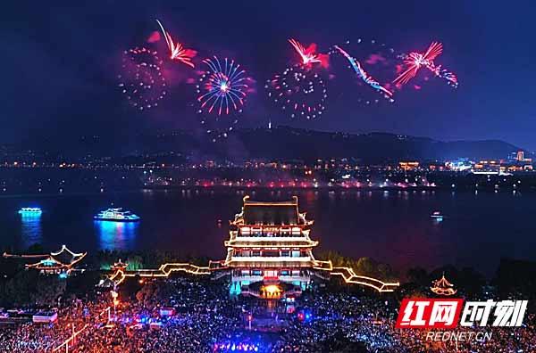 5月1日晚,长沙杜甫江阁前,橘子洲焰火晚会如期绽放。肖克 摄.jpg