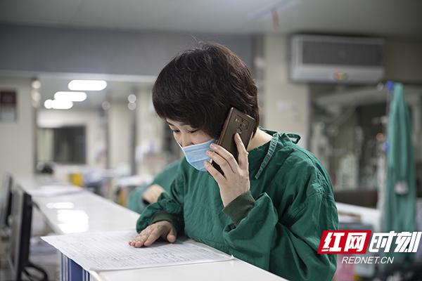 4.家属意向捐献器官以后,刘亚杰立马赶到该医院的icu,查询患者的各项指标,并且开始着手布置器官摘取的准备工作。摄影 陈杰 .jpg