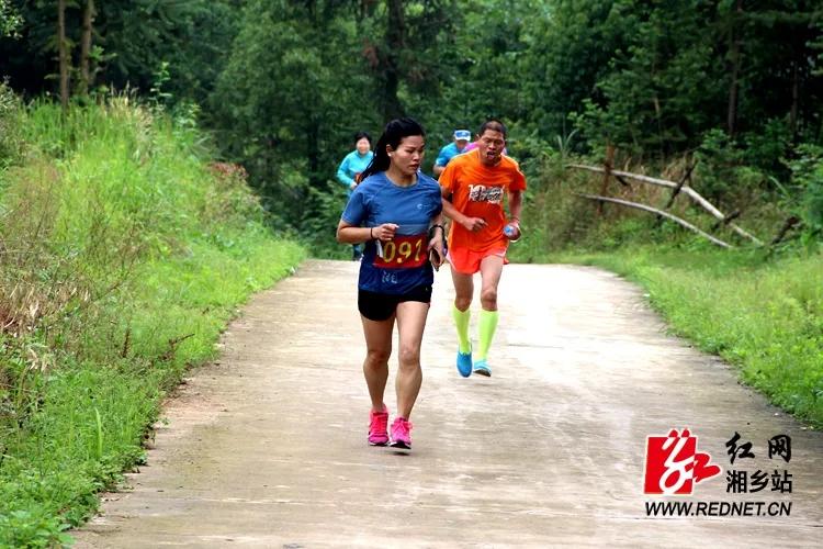"""中沙镇""""秀美梅龙时时彩我 为峰""""登山比赛:发展旅游 助力扶贫"""