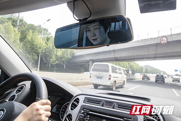 17.刘亚杰负责的辖区是长沙县和浏阳各大医院,她很享受开车的时间。摄影 陈杰 副本.jpg