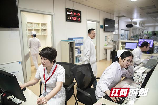 8.当器官摘取医生和各位工作人员到位后,刘亚杰就坐在电脑面前,把患者各项指标都登记在数据库里。摄影  陈杰 副本.jpg