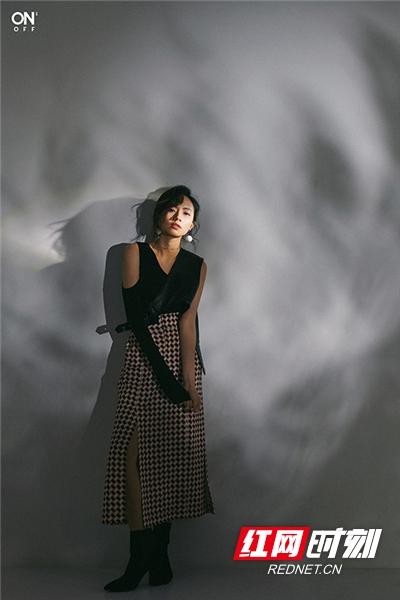 身着黑白色系服装的刘惜君在镜头下时而眼神迷离清冷,时而面带微笑富有感染力,时而直视镜头霸气十足。
