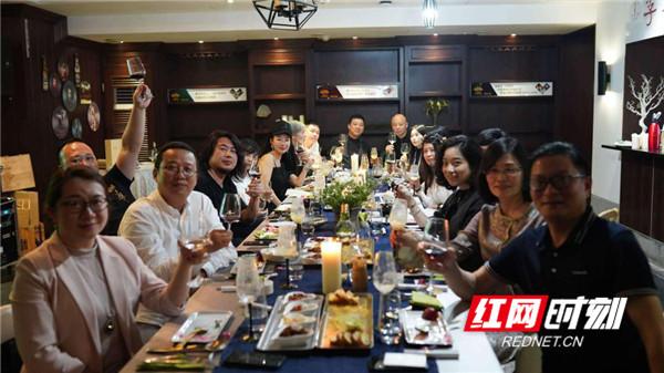 """红网时刻5月9日讯(记者 邓晓娟)5月8日,以""""季节的味道""""为主题的""""生活美学——十二道贤味之夏宴""""在长沙""""尊尼大厨·季节盛宴""""餐厅中举行。"""