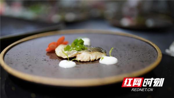 翡翠桂鱼 爆腌鲜烹,使湘粤菜系相互融合,将肥美桂鱼制作成为无上美味。