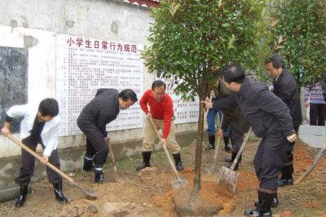 省委党校第56期中青班学员走进洪江桃源村 与村民同吃同住同劳动
