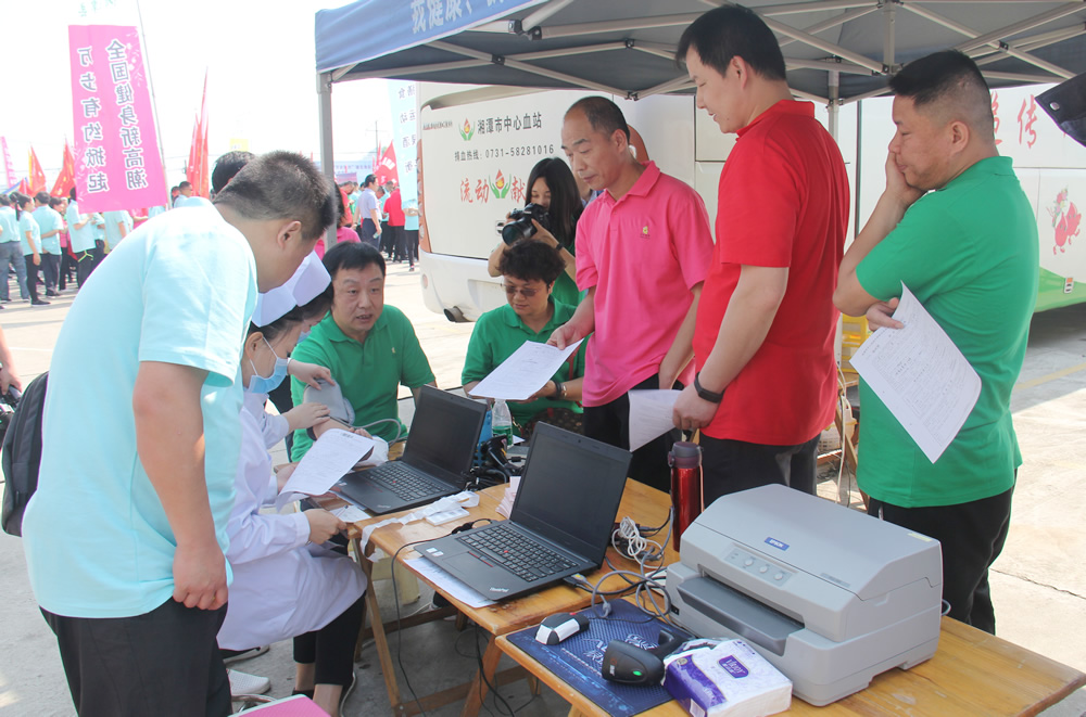 参赛队员填报献血资料。