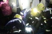 汉寿:小车深夜撞进民房 车头严重变形2人被困