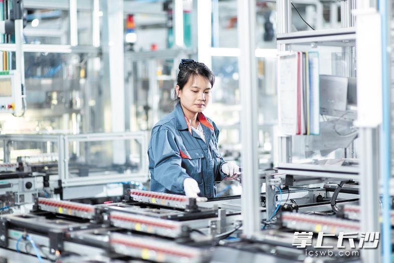 索恩格工厂一期去年投产后,当年实现产值40亿元。 长沙晚报通讯员 郑杨  全媒体记者  伍玲 摄影报道