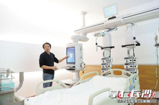 陈志良在ICU展示室内介绍其公司产品。长沙晚报全媒体记者 颜开云 摄