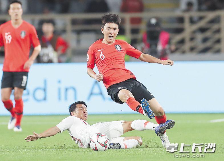 1月16日,中国队球员池忠国(下)与韩国队球员黄仁范在比赛中拼抢。当日,在阿联酋阿布扎比举行的2019亚洲杯足球赛C组比赛中,中国队以0比2不敌韩国队。新华社发