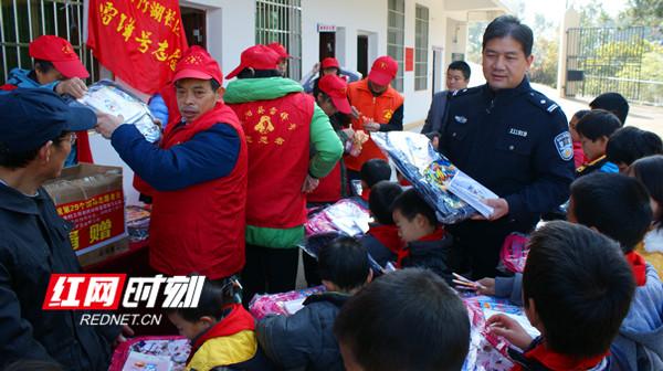 湖南好人李彤:警营里的活雷锋 帮助他人就等于帮助自己