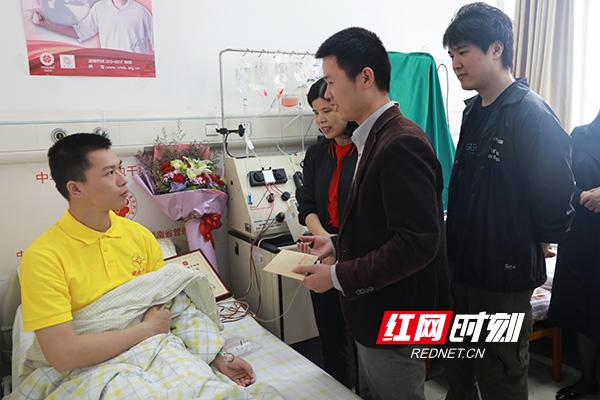 湖南工业职业技术学院老师们看望慰问廖宇钊.JPG