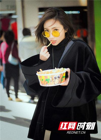 刘惜君在各类港式招牌下吃着薯条享受属于自己的下午茶时光。