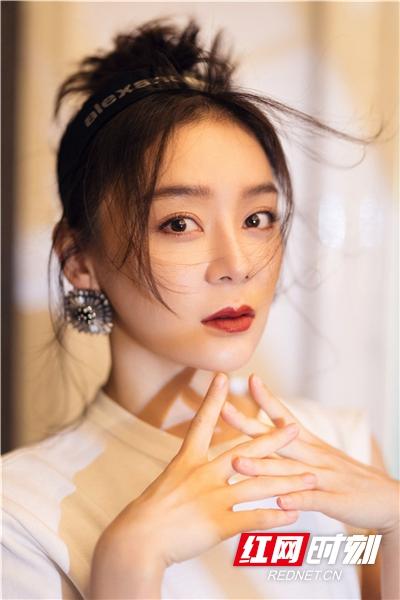红网时刻5月22日讯(记者 胡弋 通讯员 孙文文)5月22日,袁姗姗曝光一组时尚大片。