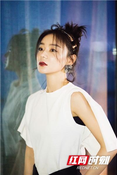照片中的她身穿经典白色T恤,随性展现出简单优雅的少女感。