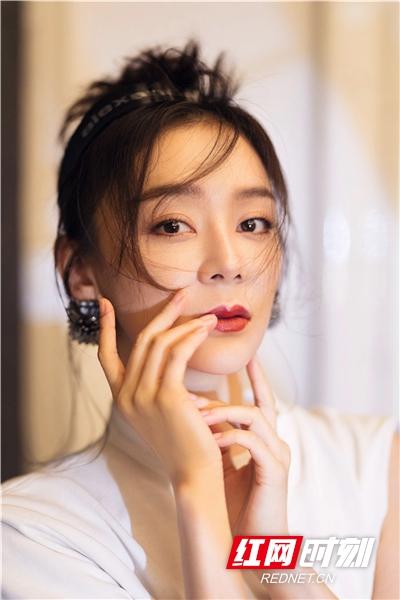 袁姗姗丸子头造型慵懒迷人。
