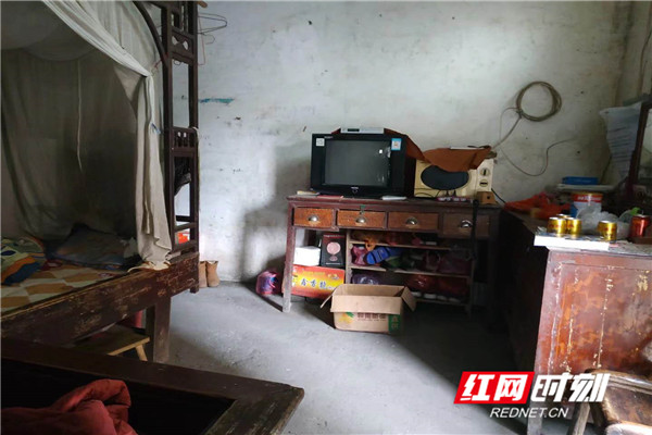 """洞口四中贫困生段同学的房间,也是全家看起来相对""""最温馨""""的地方。.jpg"""