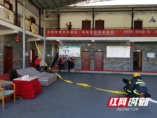 武陵源区锣鼓塔街道组织开展客栈消防安全演练行动