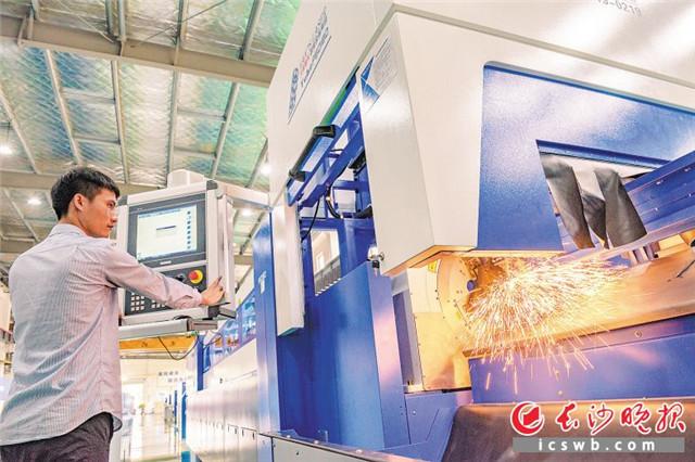 """大族激光长沙工厂开拓长沙智能制造""""新蓝海""""。 陈飞 摄"""