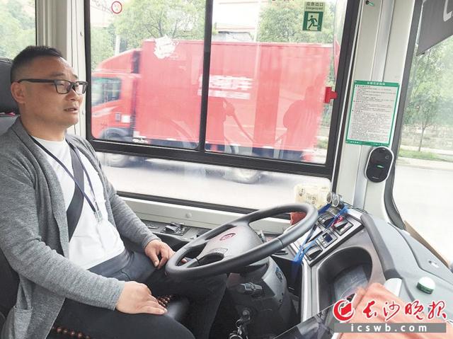 公交车自动起步,沿着路面缓慢运行,何泽云双手可以离开方向盘。  长沙晚报全媒体记者 周斌 摄