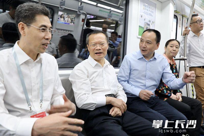 9时35分许,胡忠雄一行乘坐视察地铁4号线。