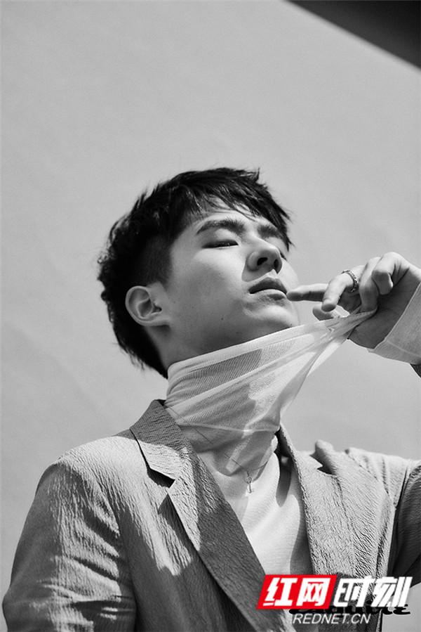 基于成熟敏感的特质、敏锐聪慧的思维,再加上超强的时尚感,刘昊然深受时尚杂志喜爱。已于2018年完成男刊大满贯的他本次再度刷新自我,完成男刊单人封面满贯。