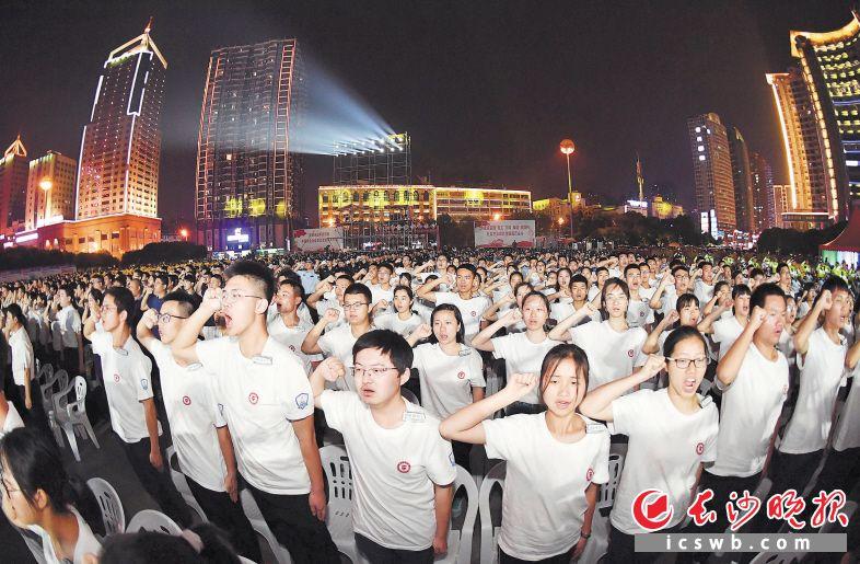 """昨日,长沙举行""""万人巡逻 点亮星城""""启动仪式,参与巡逻防控的群众代表宣读了志愿书。  长沙晚报全媒体记者 周柏平 摄"""