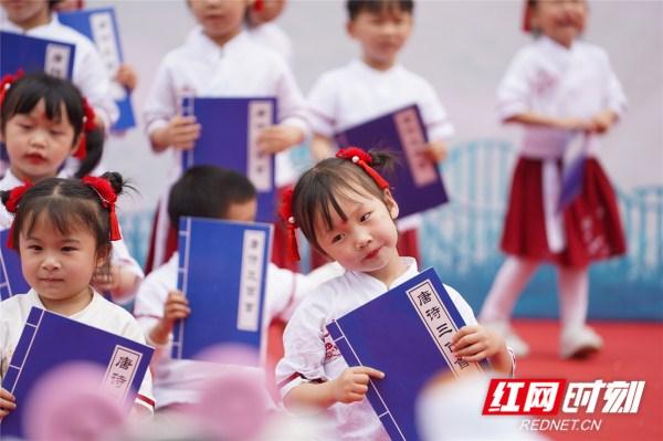 长沙:幼儿园小朋友在书香中邂逅最美六一:书香长沙悦读