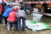 点赞!一辆装有30吨有机化肥的大货车开进了花石村村部……