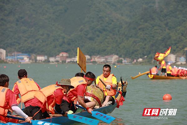 划桨手们正在奋力追赶。