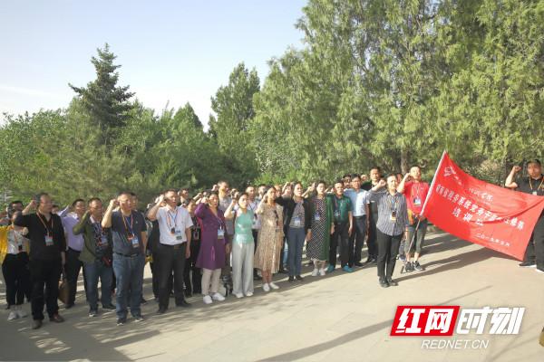 图为 湖南省税务系统50名党务干部在宝塔上重温入党誓词_meitu_2.jpg