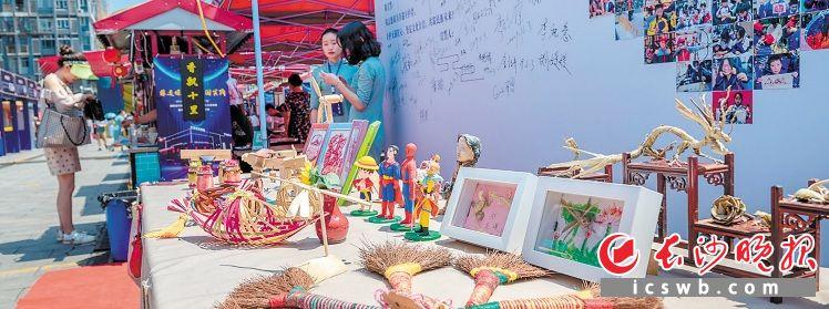 雨花非遗馆摆出的文化大集上,琳琅满目的非遗作品和文创制品让传统和现代融合。长沙晚报全媒体记者 陈飞 摄