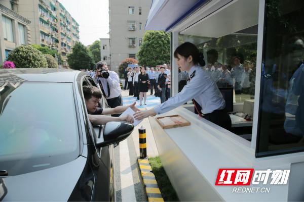 图为 全国首个汽车办税服务通道——税务小蓝帽在长沙市芙蓉区税务局启动_meitu_3.jpg