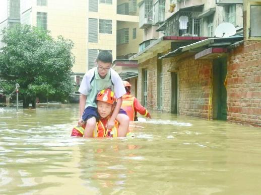6月8日至9日,东安县连降暴雨,城区部分低洼地带积水达到了1米多深。9日上午,90余名群众被困,东安消防接警后迅速赶往现场救援。(杨艳朋 张娟 摄影报道)