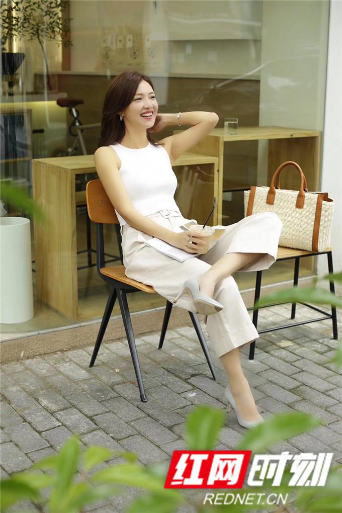 照片中,她身着白色上衣搭配同色系阔腿裤和高跟鞋。