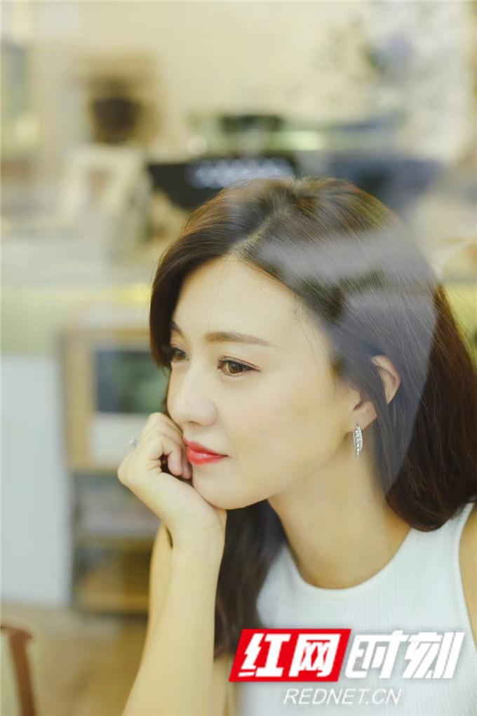 演员傅晶夏日时尚写真。