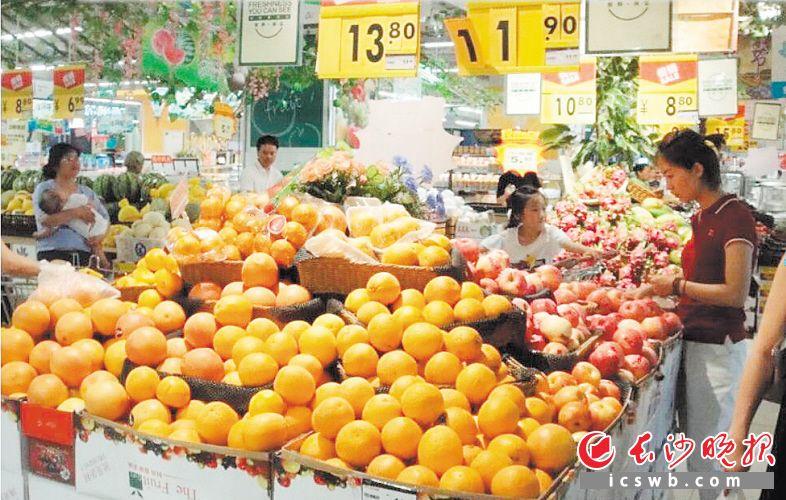 近日,几位市民正在一家超市的水果区选购水果。长沙晚报全媒体记者 张帆 摄