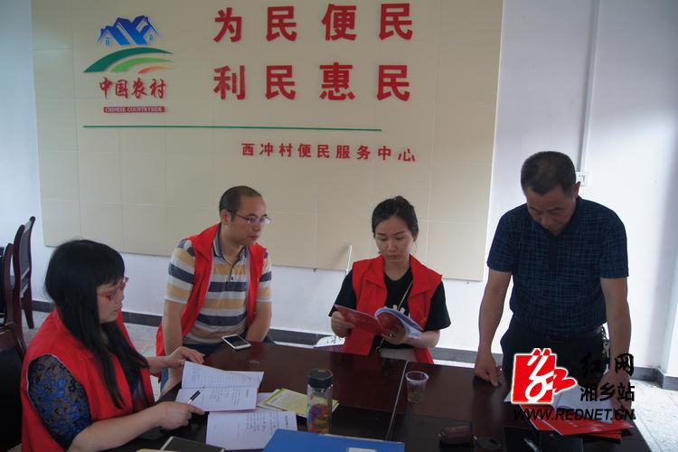 在村部,帮扶责任人与村干部就当前精准脱贫工作进行了研讨(摄影:吴凯宇).JPG