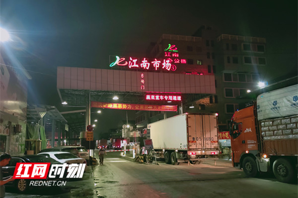 6月12日凌晨四点半,货车到达江南市场_副本.jpg