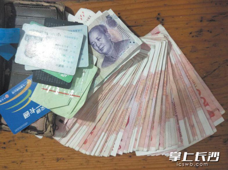 1万余元救命钱遗落在公交车上,3小时后完璧归赵。101公交车队供图