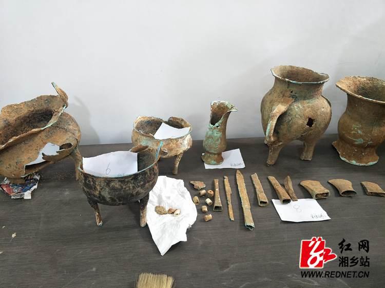湘乡石狮江发现20件(套)西周文物