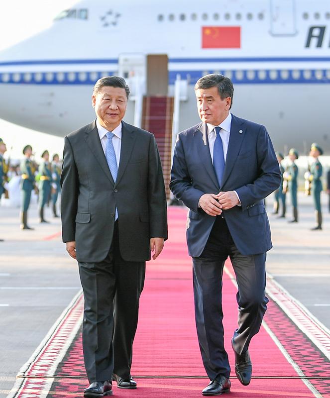 6月12日,国家主席习近平乘专机抵达比什凯克,开始对吉尔吉斯共和国进行国事访问并出席上海合作组织成员国元首理事会第十九次会议。这是习近平同前来迎接的吉尔吉斯斯坦总统热恩别科夫亲切交谈。新华社记者 谢环驰 摄