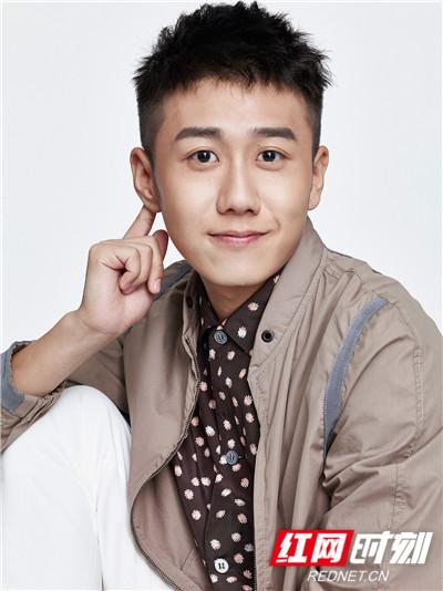 演员姜冠南生日写真。