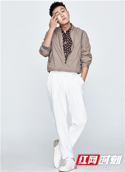 照片中,他身穿深咖波点衬衫外搭简约chic风外套,并配白色休闲裤,造型简洁利落,清新自然。