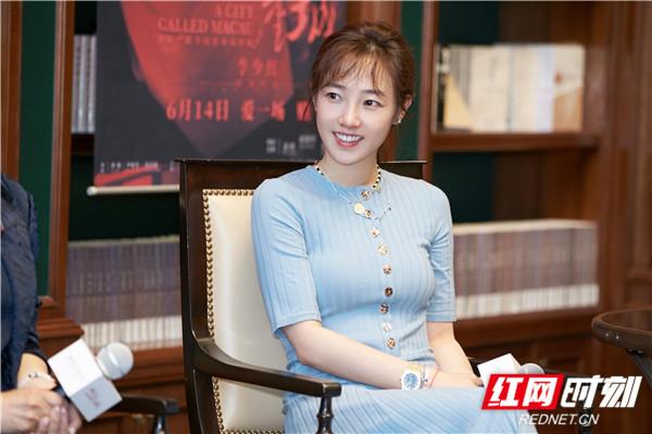 红网时刻6月14日讯(记者 胡弋)6月13日,白百何现身《妈阁是座城》上海路演发布会与书迷会。