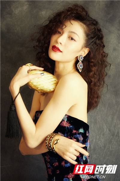 除此之外,由她出演的《八月未央》《荞麦疯长》两部电影和电视剧《青春须早为》也即将与观众见面。