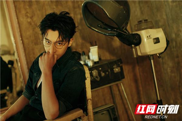 青年实力派演员牛骏峰凭借《班长殿下》顾梓晨一角广收观众缘,而他的时尚表现力也是备受认可。