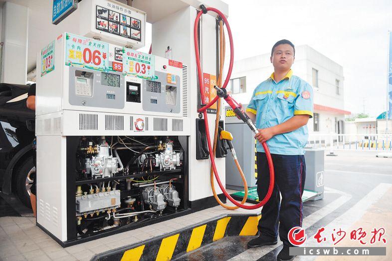 在中国石油岳麓大道加油站,工作人员介绍,加油枪的油气回收装置可防止加油过程中油气外渗污染环境。 长沙晚报全媒体记者 余劭劼 摄