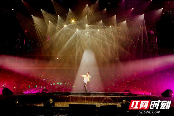 红网时刻6月18日讯(记者 胡弋)6月14日至15日,林峯在南宁举行了林峯Heart Attack巡回演唱会南宁站的演出,现场粉丝热情高涨。