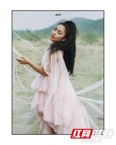 大片极具艺术感,王菊对情绪的表现力也非常抢眼,颇具国际范,气场强大。